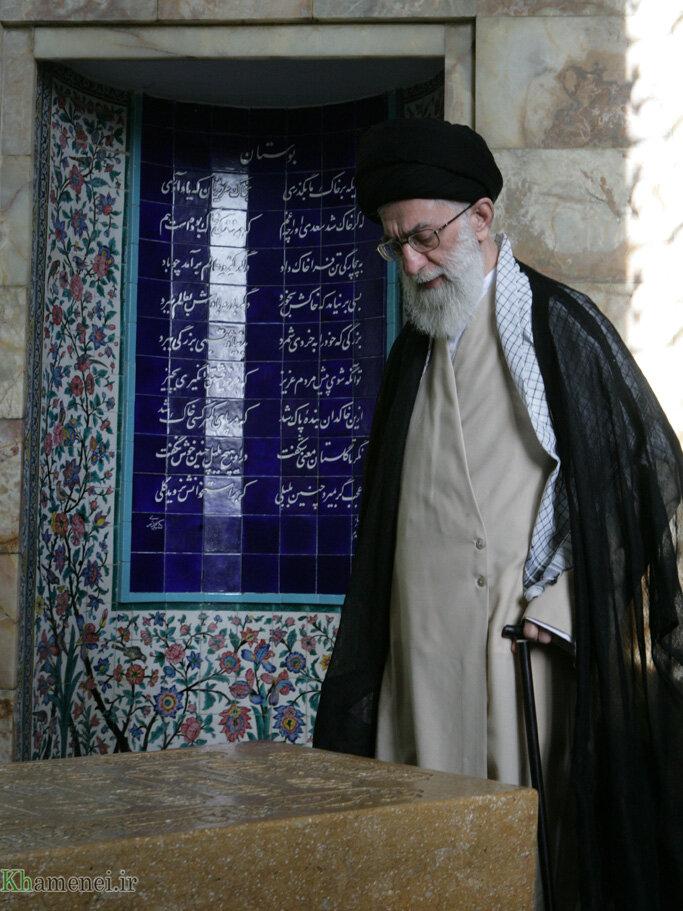 آیتالله خامنهای در کنار مزار سعدی/ نسبت ادب و هنر انقلابی و بنای فرهنگ و ادب تاریخ ایران