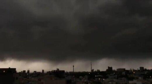 تصویری زیبا از آسمان ابری تهران