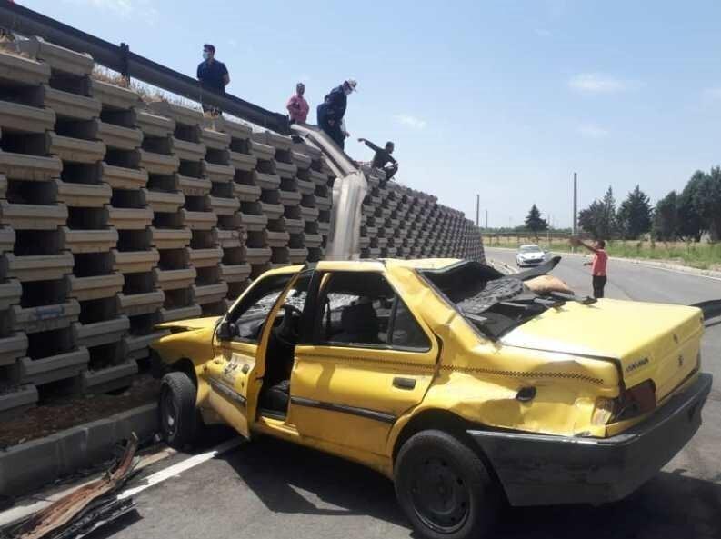 واژگونی تاکسی پس از پرش ۳ متری/ عکس