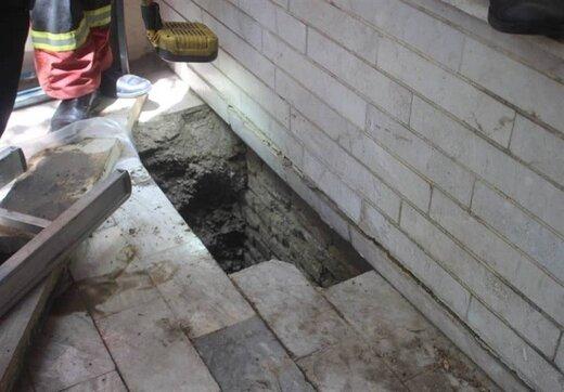 سقوط عجیب یک زن در چاه مخفی داخل حیاط/ تصاویر