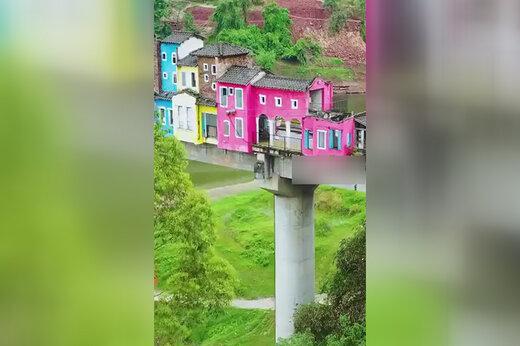 ببینید | عجیبترین نقطه برای زندگی؛ ساختن صدها خانه روی یک پل