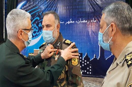 ببینید | اعطای نشان درجه یک فتح به فرمانده نیروی زمینی ارتش