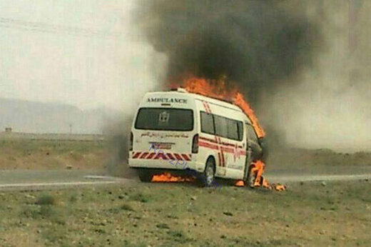 ببینید | لحظه وحشتناک آتش گرفتن آمبولانس حین انتقال بیمار