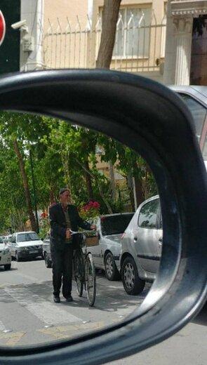 کار زیبای شهرداری برای پیرمردی که سال ها حوالی خیابان شریعتی اصفهان، با دوچرخه گل می فروشد