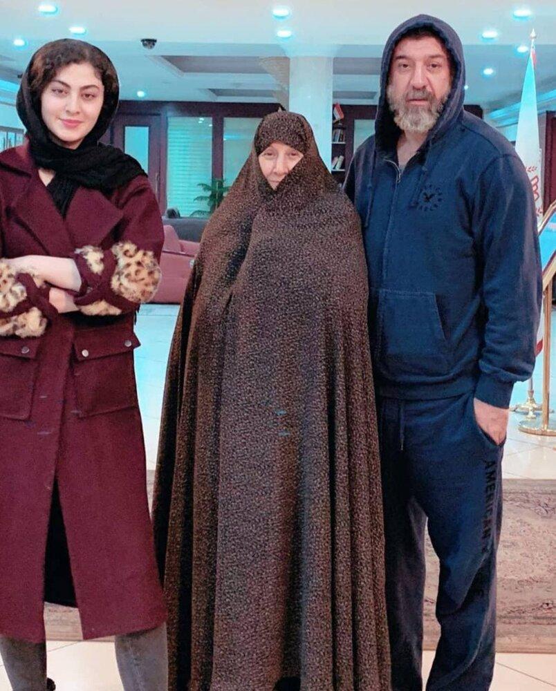 عکس | آخرین تصویر از علی انصاریان و مادرش در پشت صحنه سریال «سرزده»