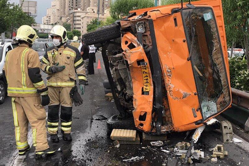 5558437 - عکس | تصادف زنجیره ای شدید در اتوبان مدرس تهران/ کامیون چپ، سوناتا له شد!