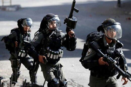 ببینید | رفتار وحشیانه نظامیان صهیونیست با جوان فلسطینی