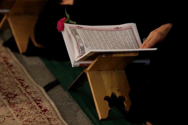 5558838 - عکس | لحظه قرآن به سر گرفتن سرباز حین انجام وظیفه