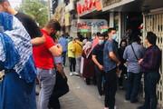 عکس | صف فروش دلار مقابل صرافیهای تهران