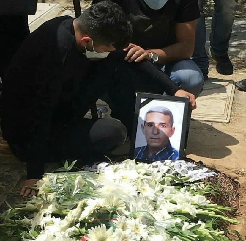 تصویر غمانگیز از محسن مسلمان بر سر مزار پدرش/عکس