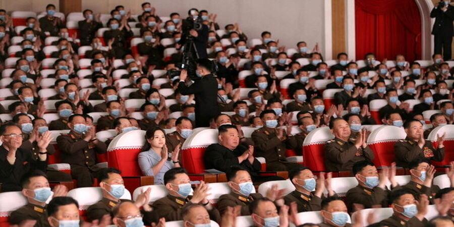 عکس | حضور جنجالی رهبر کره شمالی و همسرش در یک نمایش بدون ماسک