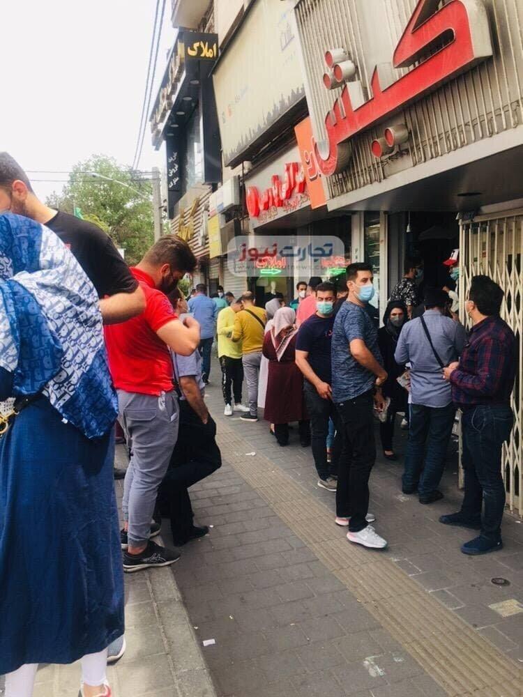عکس   صف فروش دلار مقابل صرافیهای تهران