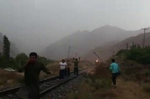 ببینید   روایت کشاورزان فداکار فیروزکوهی از نجات قطاری که به سیلاب نزدیک میشد