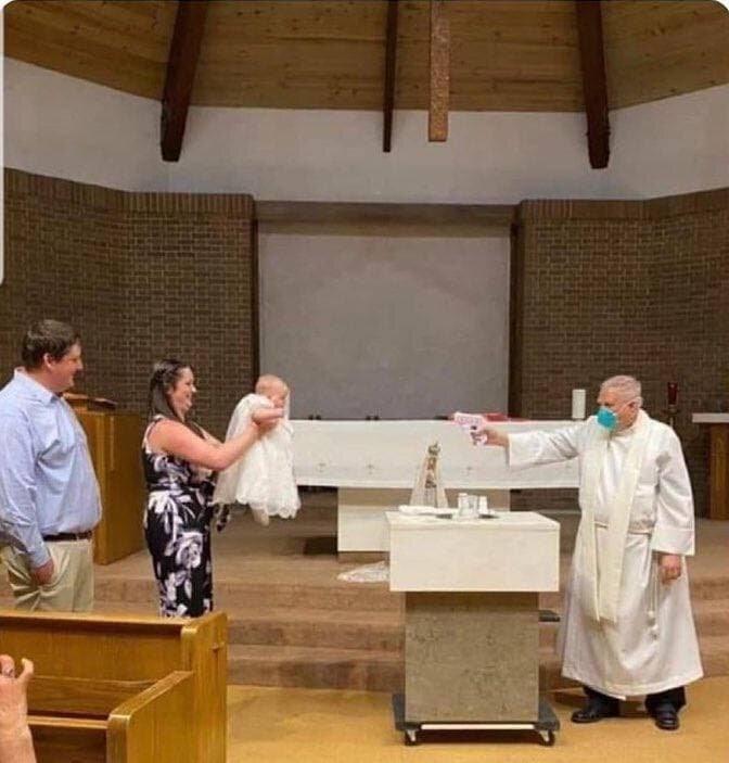 عکس | قابی جالب از عصر کرونا و غسل تعمید