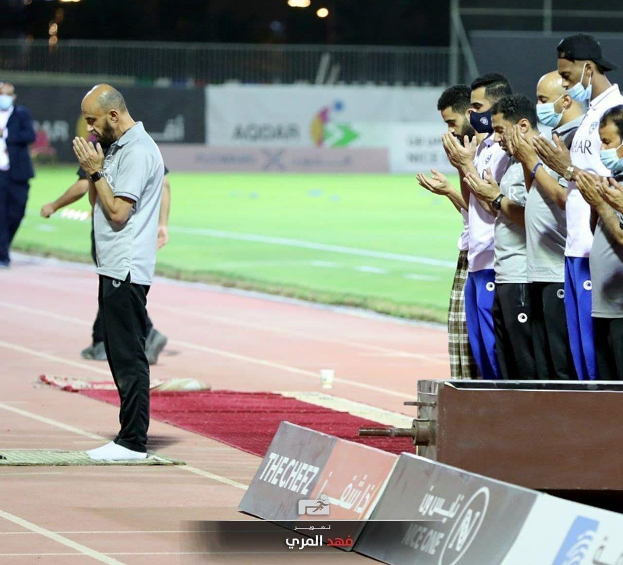 عکس | برگزاری نماز جماعت وسط زمین فوتبال