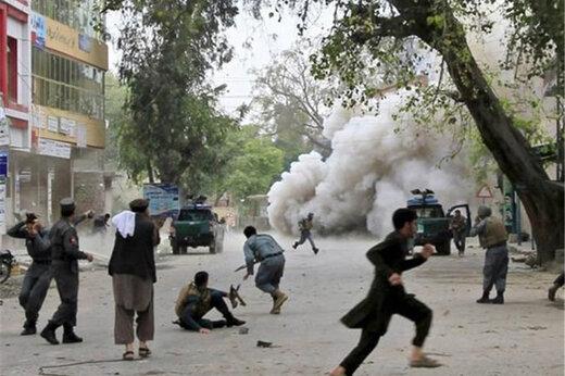 ببینید | تصاویری دردناک از جمعآوری کتابهای یکی از قربانیان عملیات تروریستی کابل توسط پدر
