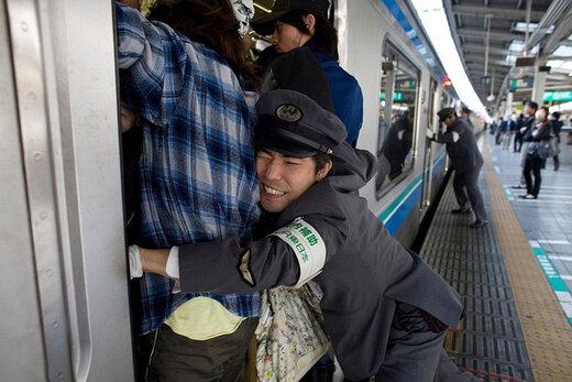 ببینید   عجیبتری شغل جهان در ژاپن؛ فشار دادن مردم!