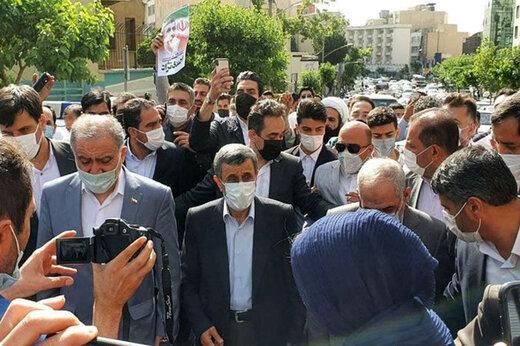 ببینید | لحظه ورود احمدینژاد به ستاد انتخابات وزارت کشور
