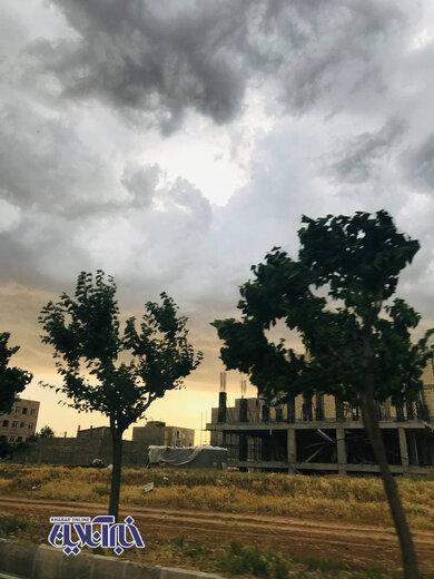 هوای تهران در یک روز پاک و نیمه ابری