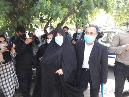 عکسی از تاج زاده با شناسنامه در دست پس از ثبت نام در انتخابات ۱۴۰۰