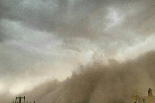 ببینید | لحظه ورود طوفان خاک به اتوبان قم - کاشان