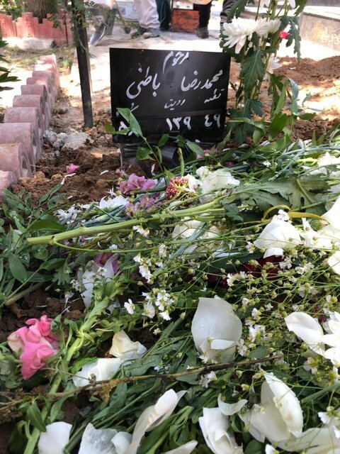 محمدرضا باطنی، در قطعهای غیر از هنرمندان و نامآوران به خاک سپرده شد/ عکس