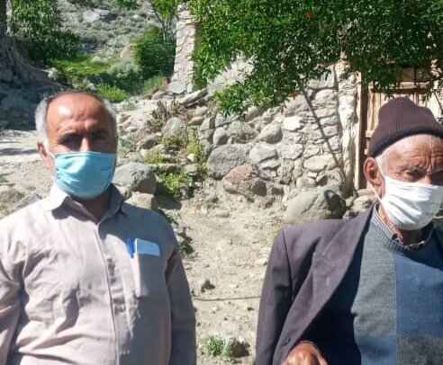 تزریق واکسن کرونا به پیرترین مرد کشور در آذربایجان شرقی/ تصویر