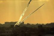 ببینید | لحظه اصابت موشک رژیم صهیونیستی به ساختمانی در غزه