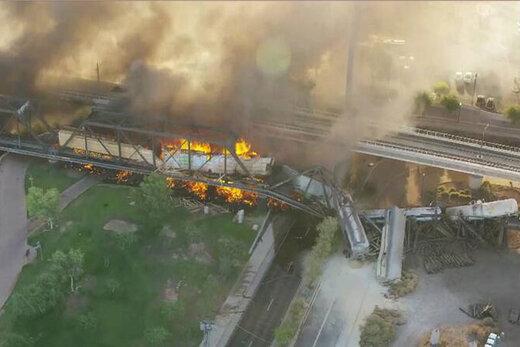ببینید   خارج شدن قطار و آتش گرفتن آن در آمریکا