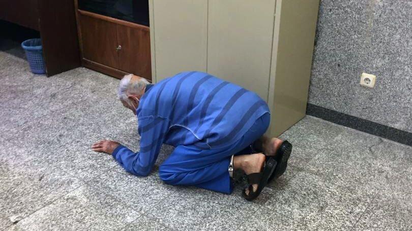 عکس | لحظه شکرگزاری پدر بابک خرمدین به خاطر قتل پسرش