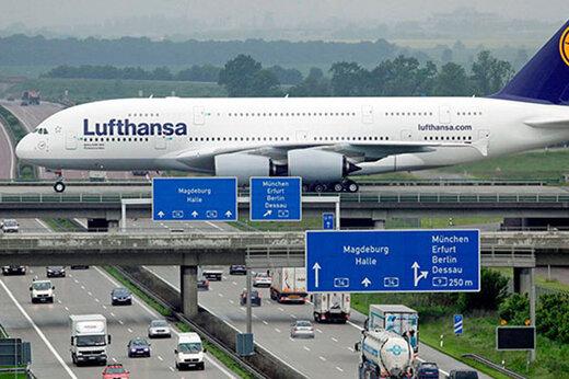 ببینید | لحظه عجیب عبور بزرگترین هواپیمای جهان از روی پلی واقع در یک بزرگراه