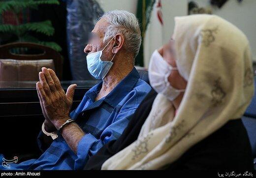 پدر قاتل جلوی عکاسان ژست پیروزی گرفت! | حرکات عجیب پدر بابک خرمدین در دادسرای جنایی تهران