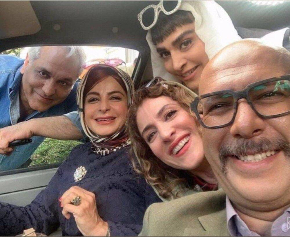 عکس   سلفی محمد بحرانی و مهران مدیری با ستارههای «دراکولا» در پشت پرده