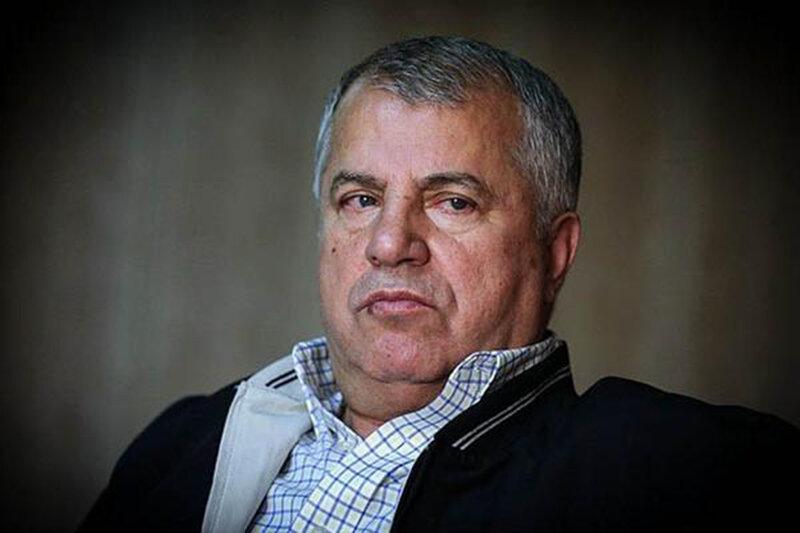 فرار علی پروین از دست خبرنگاران/عکس