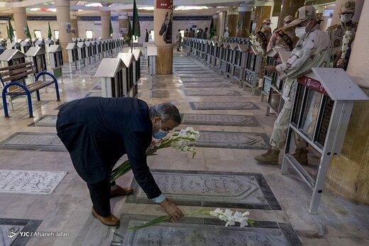 غبارروبی مزار شهدا در سالروز آزادی خرمشهر