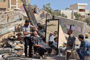 ببینید   اصلاح موی سر در میان خرابههای بهجا مانده از حملات رژیم صهیونیستی به غزه