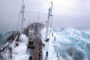 ببینید | لحظات وحشتناک برخورد امواج سهمگین با نفتکشی در آتلانتیک