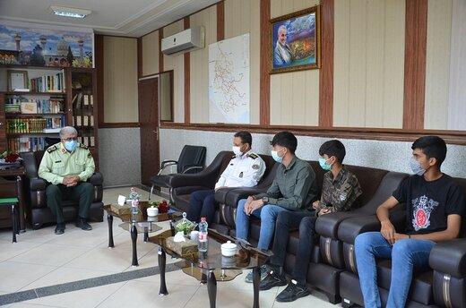 اصلاً هر چه شما بگویید به روی چشم!/ تقدیر از سه گلفروش سرچهارراه دانش آموز شیراز/ عکس
