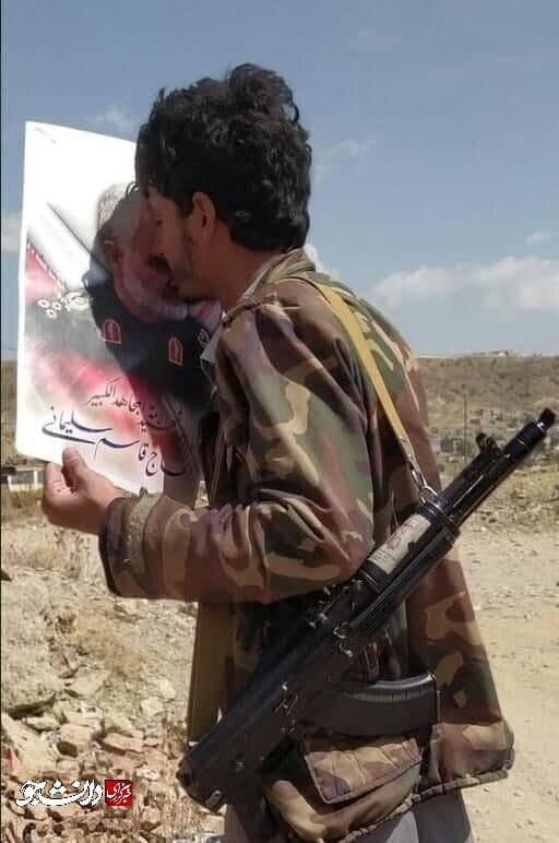 عکس | بوسه جالب رزمنده یمنی بر پیشانی حاج قاسم