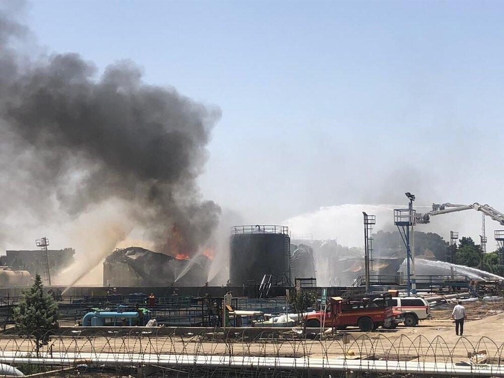 ادامه مهار آتش در پالایشگاه تهران/ برخی آتشنشانها دچار دودگرفتگی شدند