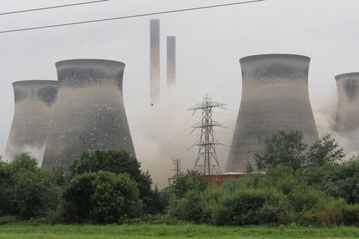 ببینید | لحظه هیجانانگیز تخریب یک نیروگاه در حین مسابقه فوتبال در انگلیس!