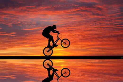 ببینید   حرکت نمایشی و دلهرهآور یک دوچرخهسوار شجاع