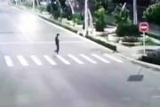 ببینید | تصادف وحشتناک یک خودرو با عابر پیاده وسط خیابان