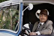 عکس | تیپ مهران مدیری با سییلی عجیب در یک ماشین کلاسیک