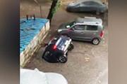 ببینید | بلعیده شدن یک خودرو توسط چاه در بمبئی هند!