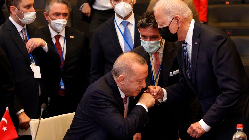 اولین دیدار اردوغان و بایدن/از خط و نشان برای یکدیگر تا اعلام دوستی و دعوت رئیس جمهور آمریکا به ترکیه/عکس