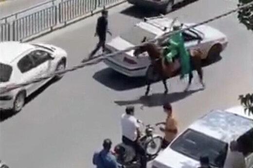 ببینید | حمله یک فرد اسب سوار با شمشیر به مردم اصفهان