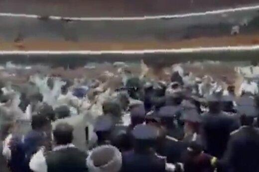 ببینید   درگیری و کتککاری در ساختمان پارلمان