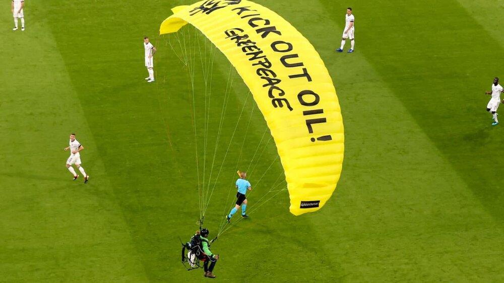 پرواز جیمی جامپ با چتر بر فراز آلیانز آرنا در یورو ۲۰۲۰/عکس