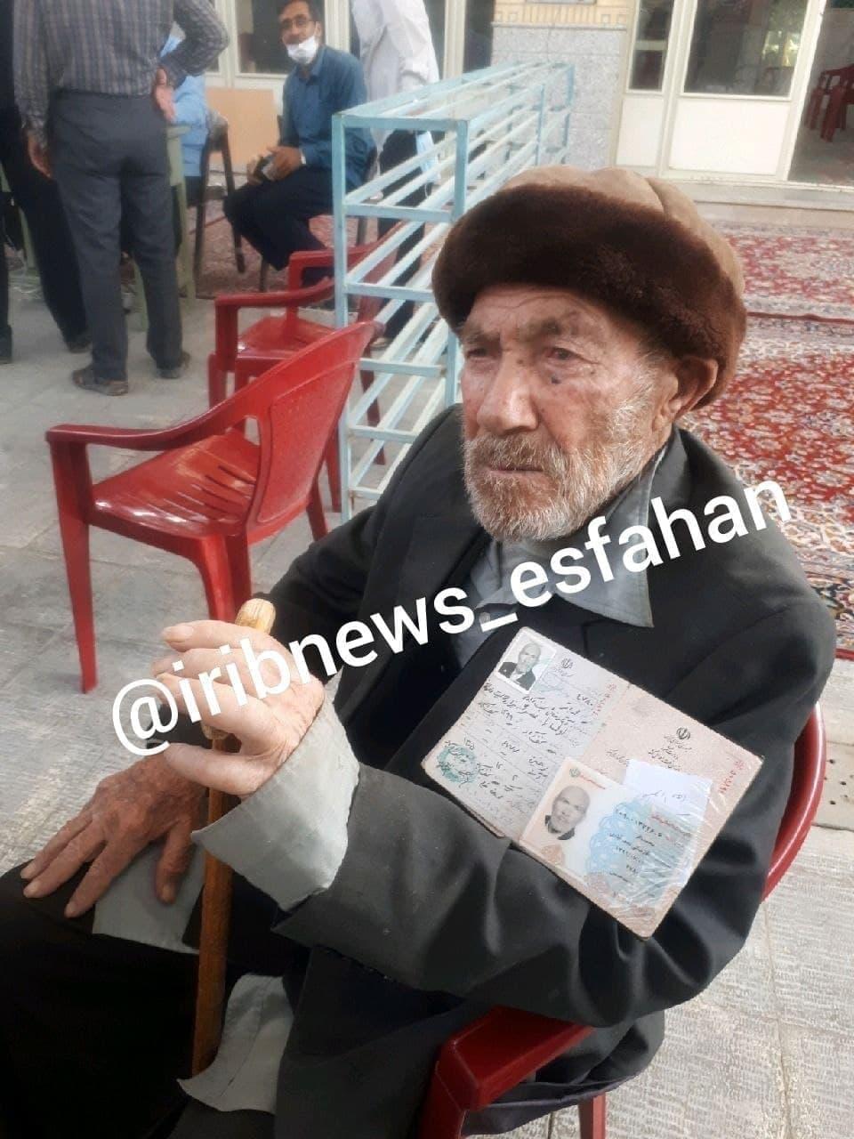 عکس   پیرمرد ۱۰۱ ساله پای صندوق رای